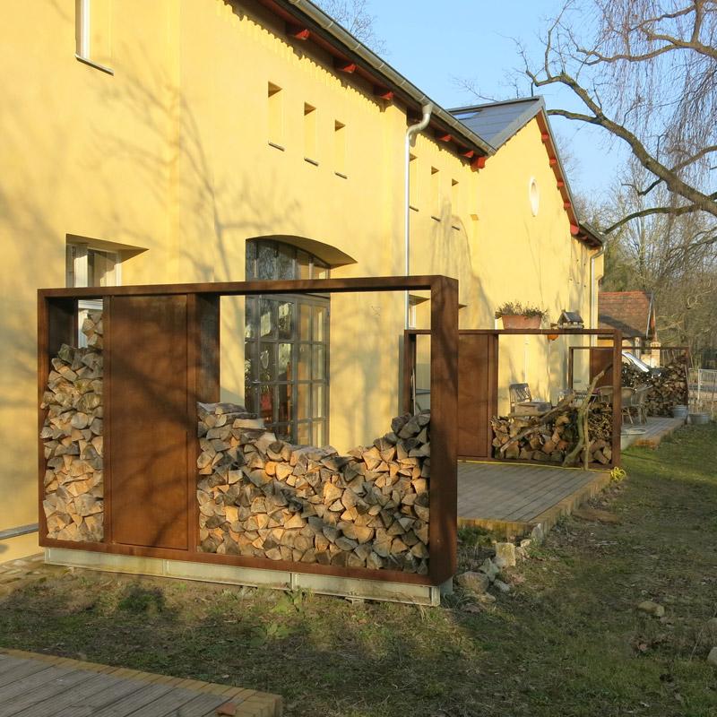 Holzlegen mit Staufach für Gartengeräte in Sonderanfertigung aus COR-TEN-Stahl, Oberfläche gestrahlt und frei bewittert
