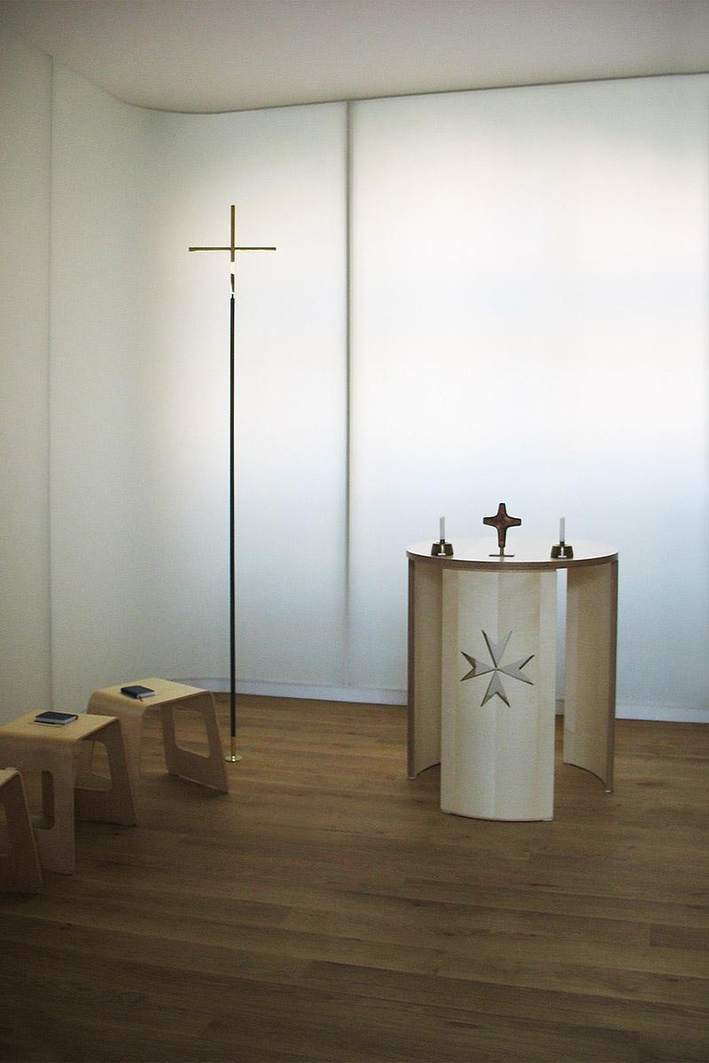 bodenstehendes Kreuz Messing-Stahl in der Malteser Kapelle Alt-Lietzow Berlin