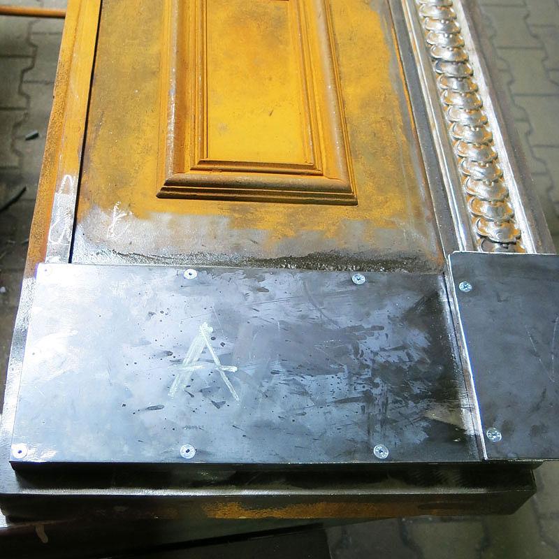 Restaurierung Eingangstüranlage Sockelblech neu