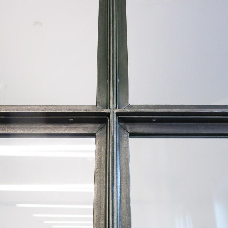 Detail Kreuzungspunkt Festverglasungen Stahl-Glas-Element