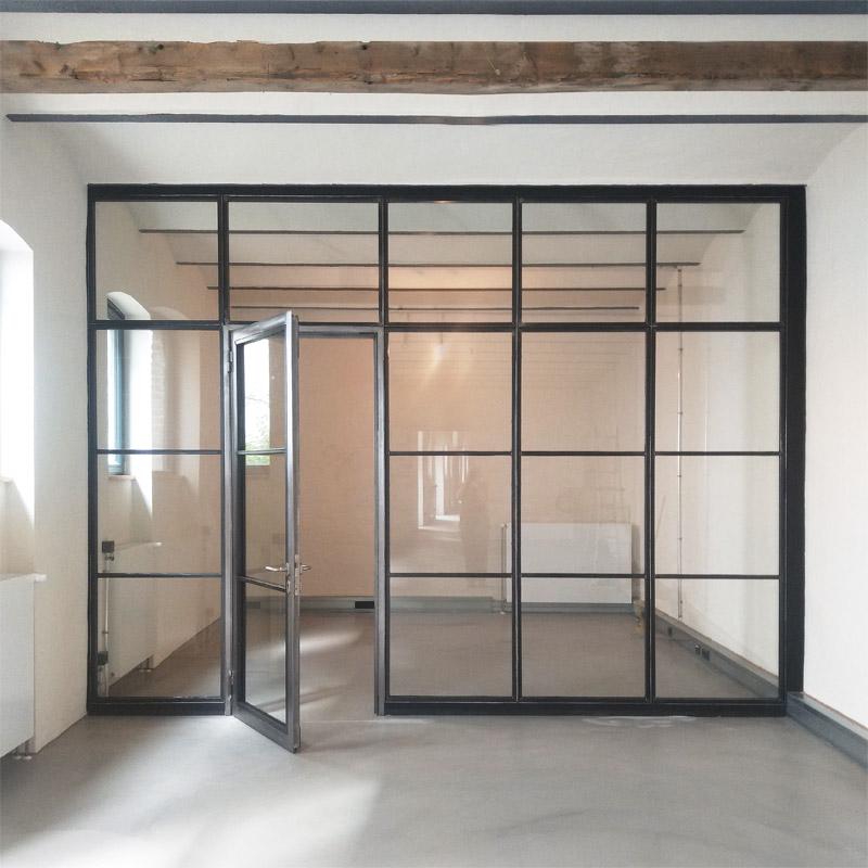 Stahl-Glas-Element für Remisenausbau, Walzstahl L 60x30, Quadratrohr-Glasleisten, Tür Forster Presto 60, Oberfläche: Stahl schwarz versiegelt, Türelement satiniert und versiegelt